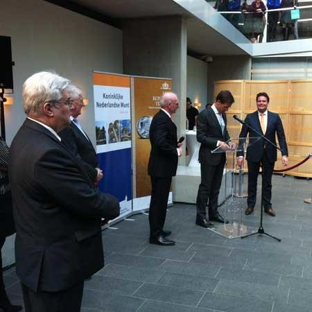 Goudwisselkantoor vereerd met bijwonen officiële Eerste Slag 'KoningsTientje' door premier Mark Rutte